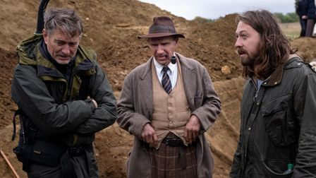 THE DIG (L-R): DIRECTOR OF PHOTOGRAPHY, MIKE ELEY, RALPH FIENNES as BASIL BROWN, DIRECTOR SIMON STON