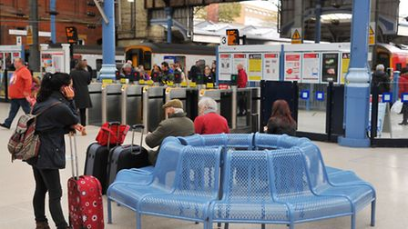 Norwich Railway Station. Commuters passengers passing throught the barriers to the trains. Photo : S
