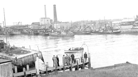 HERRING SEASON FISHING BOATS IN GT YARMOUTH HARBOUR WITH FERRY IN FOREGROUNDDATED 1953PLATE P3045F