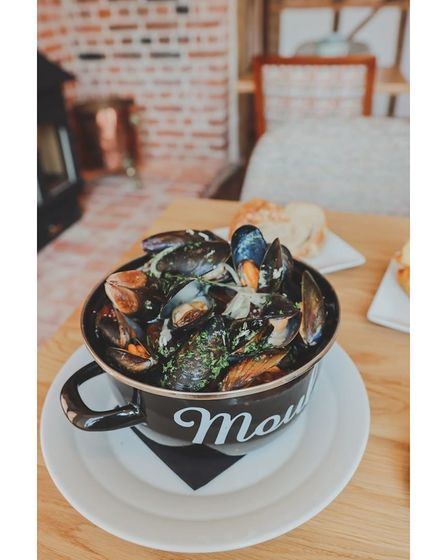 An enamel bowl of cooked mussels at The Red Lion, East Bergholt