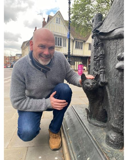John Royle with the cat on the Thomas Wolsey statue