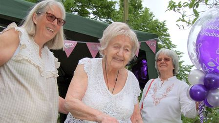 Florence Manly of Felsted (centre) cutsher 105th birthdaycake