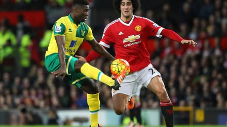 Alexander Tettey of Norwich and Marouane Fellaini of Manchester United in action during the Barclays