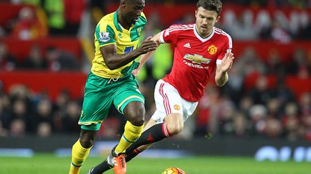 Alexander Tettey of Norwich and Michael Carrick of Manchester United in action during the Barclays P