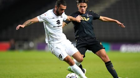 Charlton Athletic's George Dobson (right) and Mikton Keynes Dons' Troy Parrott battle for the ball d