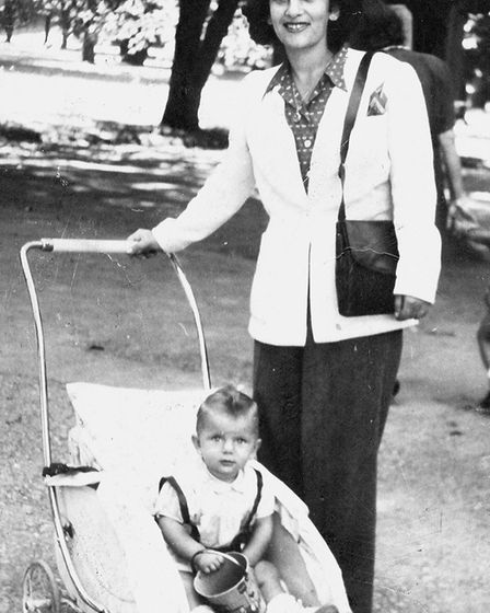 Hana and her mother in 1946