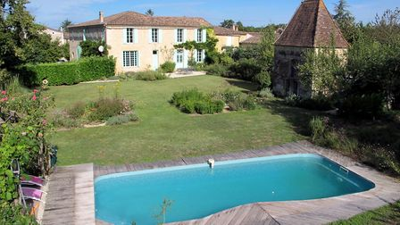 449,500 euros, Gironde: Four-bed maison de maître 40 minutes from Bordeaux, lovely character feature