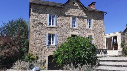 359,500 euros, Aveyron: Four-bed character property in 3ha gardens with pool, large barn and pigeonn
