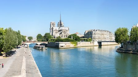 The quayside running along the edge of the Seine © vichie81