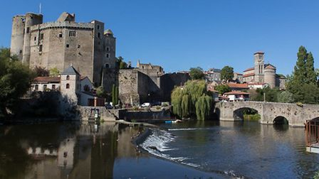 The River Sèvre Nantaise flows past the ruined château and the Église Notre-Dame in Clisson