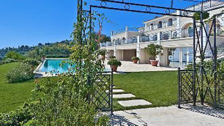 Eight-bedroom villa with pool and sea views in Cannes, 45m euros