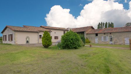 Farmhouse near Londigny (Charente) with step-free access and two large ground-floor bedrooms, 316,72
