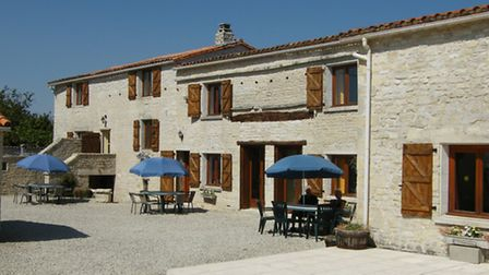 Charentaise farmhouse with a complex of three gites, one of which is accessible, 349,800 euros (char