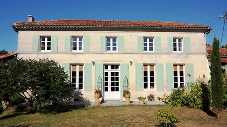 Earn: Near Matha in Charente-Maritime is this attractive Charentaise with two independent two-bed gi