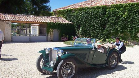 A classic car pulled up on the drive ©Logis du Paradis