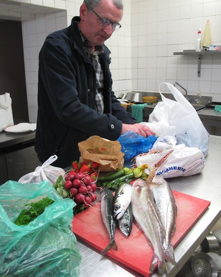Chef Gilbert Guyon sorts out his shopping © Victoria Trott