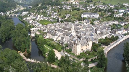 The village is dominated by its 12th-century Romanesque chateau, where the Lot and Truyère rivers co