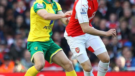 Wes Hoolahan of Norwich and Aaron Ramsey of Arsenal in action during the Barclays Premier League mat