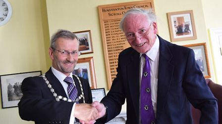 xxx_outgoing mayor Andrew Murray with new mayor James Johnson_Picture.Elaine Bird