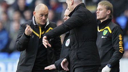 Norwich manager Alex Neil and Reading manager Jaap Stam have a debate during the Sky Bet Championshi