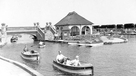 GREAT YARMOUTH PEOPLE IN BOATS ON WATERWAYS NO DATE - 1950S PLATE P6298