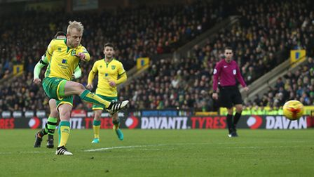 Steven Naismith of Norwich scores his sides 1st goal during the Sky Bet Championship match at Carrow