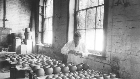TRADE AND INDUSTRYHOLKHAM POTTERY STUDIODATED 1952PRINT C1291FOA DEC 2013