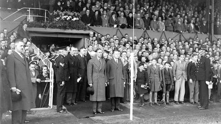IMAGES OF NORWICH BOOKNORWICH'S CANARIES CHAPTER PAGE 69KING GEORGE VI VISITS CARROW ROAD, NORWICHDA