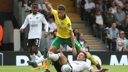 Yanic Wildschut of Norwich and Oliver Norwood of Fulham in action during the Sky Bet Championship ma