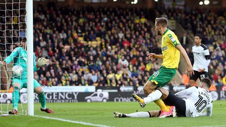 Marco Stiepermann goes close for Norwich City but Scott Carson keeps Derby County on level terms in