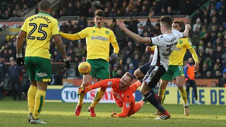 Ben Alnwick of Bolton Wanderers foils Nelson Oliveira of Norwich during the Sky Bet Championship mat