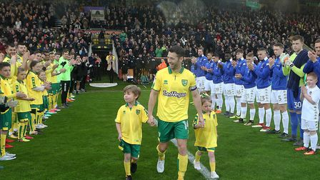The Norwich and Leeds players gave Wes Hoolahan a guard of honour ahead of his final Carrow Road app