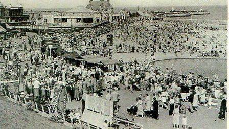 What was the attraction that brought so many people to Gorleston promenade, supposedly in 1945?