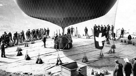 Start of a balloon ride over the Alps, filling a trial balloon, published by Berliner Illustrirte Ze