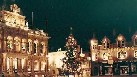 The Christmas Tree on the Cornhill in 1985, Grimwades was on the right of the picture
