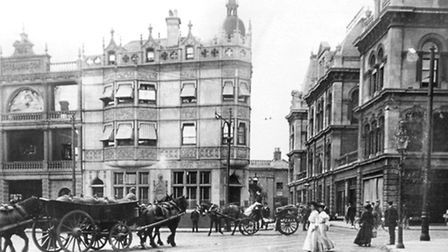 Parrs Bank stood at the junction of King Street and Princes Street, Ipswich. The sign on the wall,