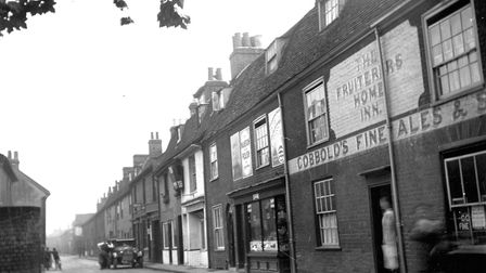 Rope Walk, Ipswich, in the early 1930s. The public house on the right, the Fruiterers Home Inn, at t