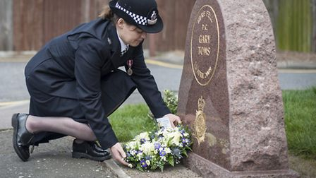 Det Supt Helen Millichap placing a wreath on the grave of Pc Gary Toms.