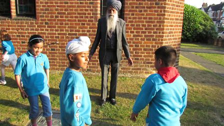 Fauja Singh showing the beavers how it's done.