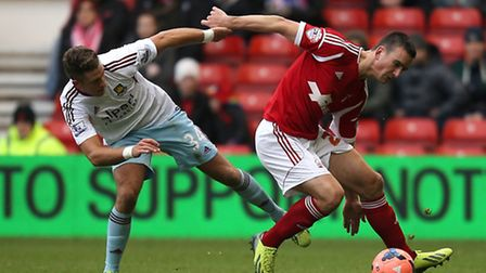 Nottingham Forest's Jack Hobbs (right) and West Ham United's George Moncur battle for the ball durin