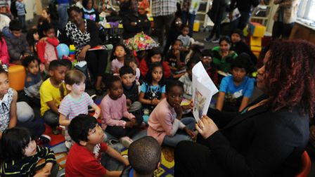 """Denise Watson, 40, reads to children from from her new book """"My Snowy"""""""