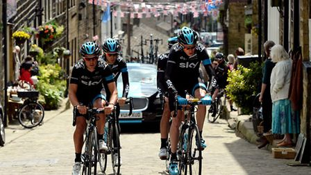 Team Sky's Chris Froome (front right) rides alongside Richie Porte