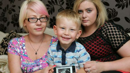 Ashlee Carter (right) with friend Lynsey Wilson, Lynsey's son Oliver and a picture of the poisoned c