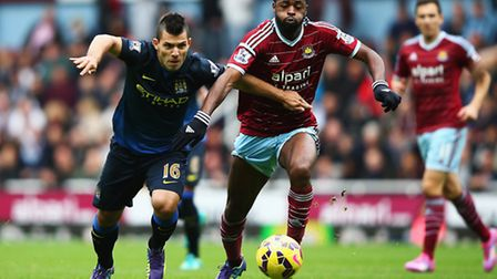 Alex Song battles with Sergio Aguero (Photo by Ian Walton/Getty Images)