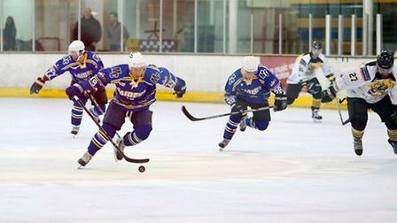 London Raiders go on the attack during their 3-3 draw at Bracknell (pic: John Scott)