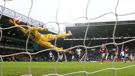 *ALTERNATE CROP* West Bromwich Albion's James Morrison (centre) scores their second goal of the game