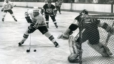 Gord Jeffrey skates in to score for Romford Raiders against Humberside Seahawks at Rom Valley Way