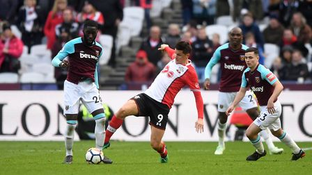 Southampton's Guido Carrillo (centre) battles for the ball with West Ham United's Arthur Masuaku (le