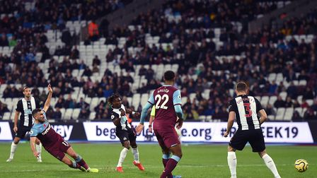West Ham United's Robert Snodgrass (left) scores his side's first goal of the game during the Premie