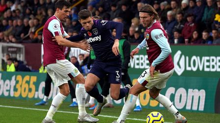 West Ham United's Aaron Cresswell (centre) and Burnley's Jeff Hendrick (right) battle for the ball b